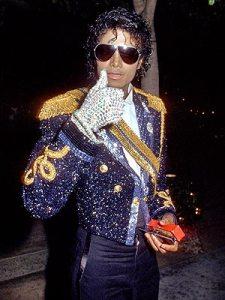 Tradicionais jaquetas oitentistas de Michael. Aqui, numa versão de paêtes pretos e dourados