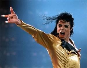 Ídolo Pop em uma de suas apresentações, um espetáculo de música e movimento.